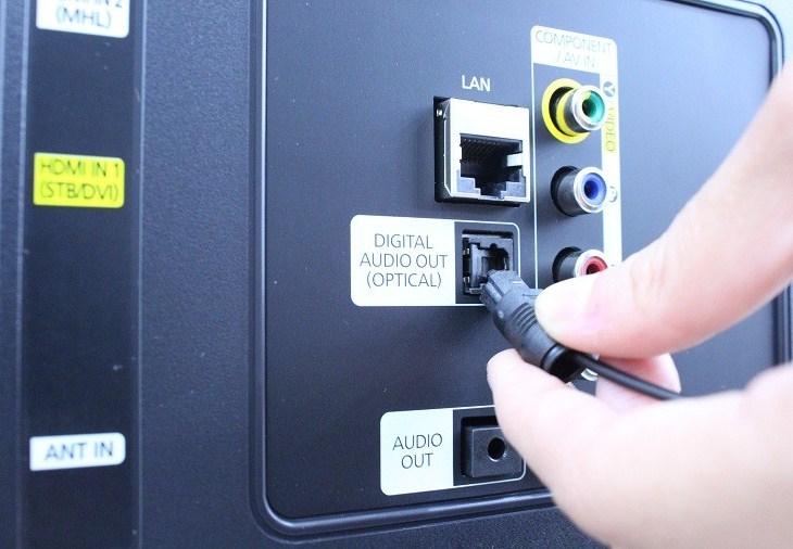 Kết nối dây Optical vào DIGITAL AUDIO OUT (OPTICAL) trên tivi