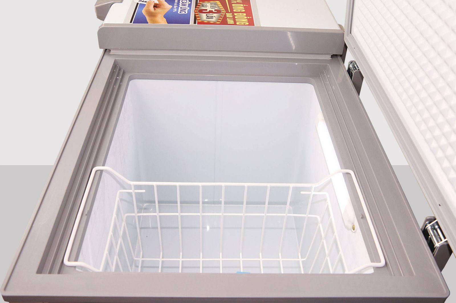 Tháo gỡ và làm sạch các khay kệ trong tủ