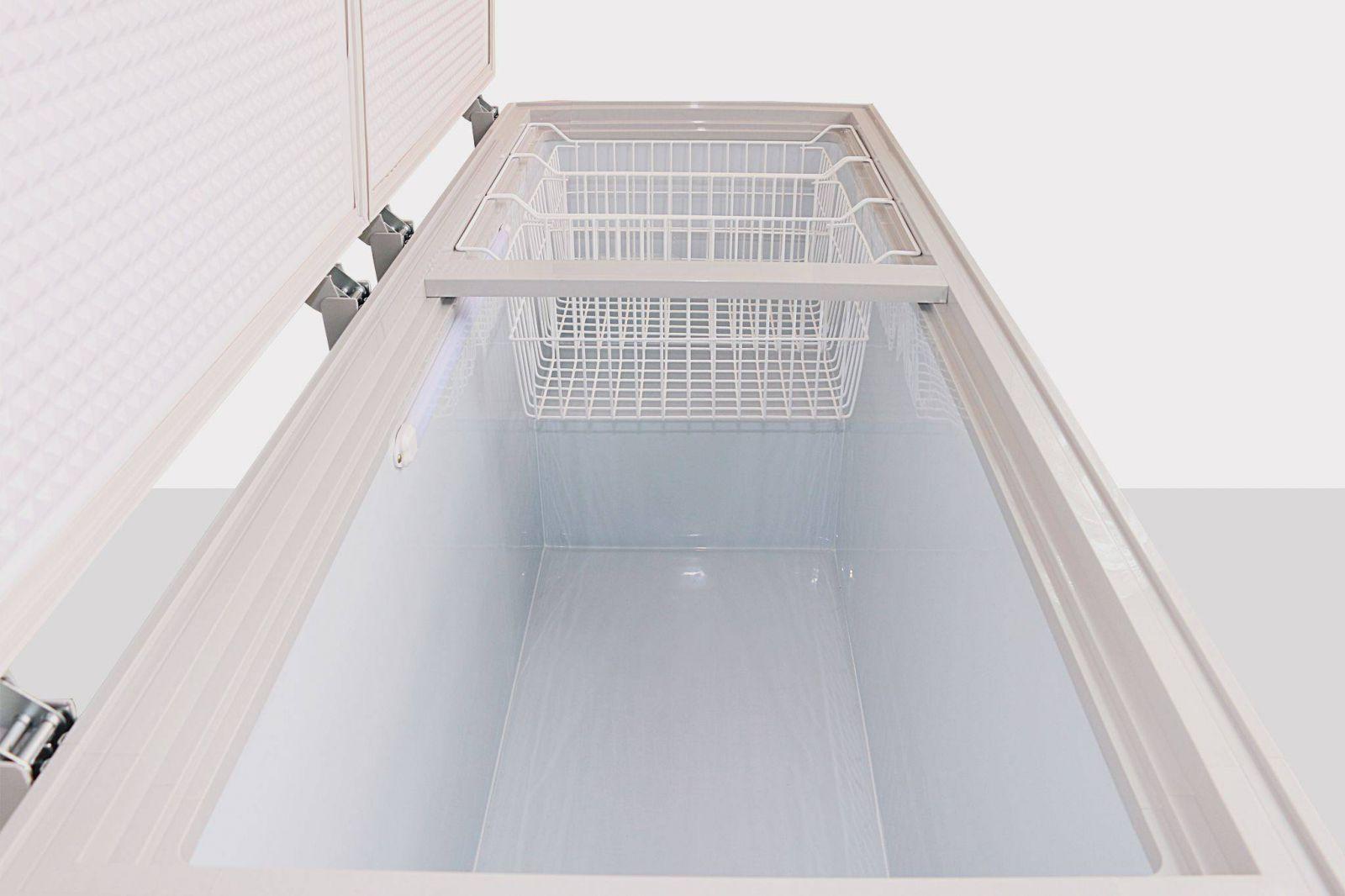 Làm sạch lỗ thoát nước ngoài của tủ đông