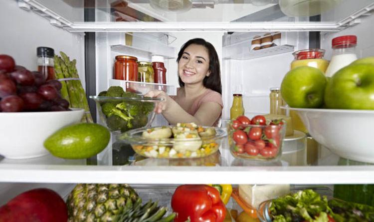 Rút dây nguồn của tủ lạnh ra khỏi ổ cắm.